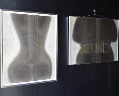 Felix Thyes - Ad Infinitum. Ausstellungsansicht: Zweimal 'Torso (Röntgenbild)', 2012, Wachs und Pastell auf Papier, 50 x 64 cm bzw. 64 x 50 cm.